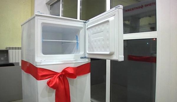 Тобольская прокуратура подарила сироте холодильник