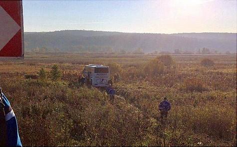 Автобус схоккейной командой «Ладья» съехал вкювет