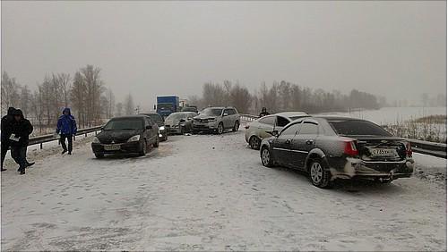 Наподъезде кмосту через Тобол столкнулись семь машин