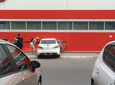Молодая шофёр попробовала проехать в супермаркет через стену