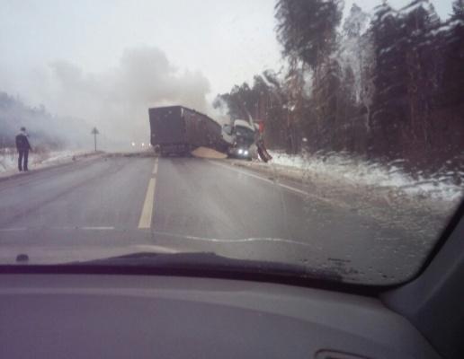 Большегруз зажегся после ДТП натрассе Тюмень— Ханты-Мансийск. Два человека погибли