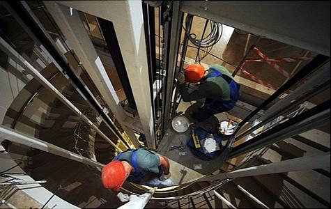 Втюменском коммерческом центре лифт упал нарабочего