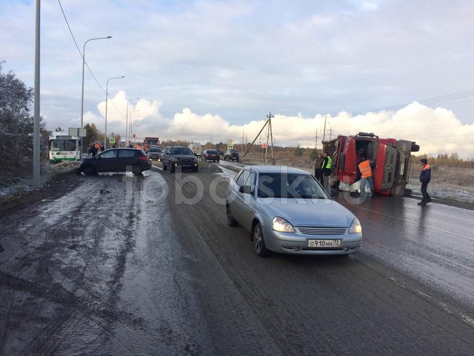Фургон «Мерседес» опрокинулся отстолкновения савтобусом ЛИАЗ